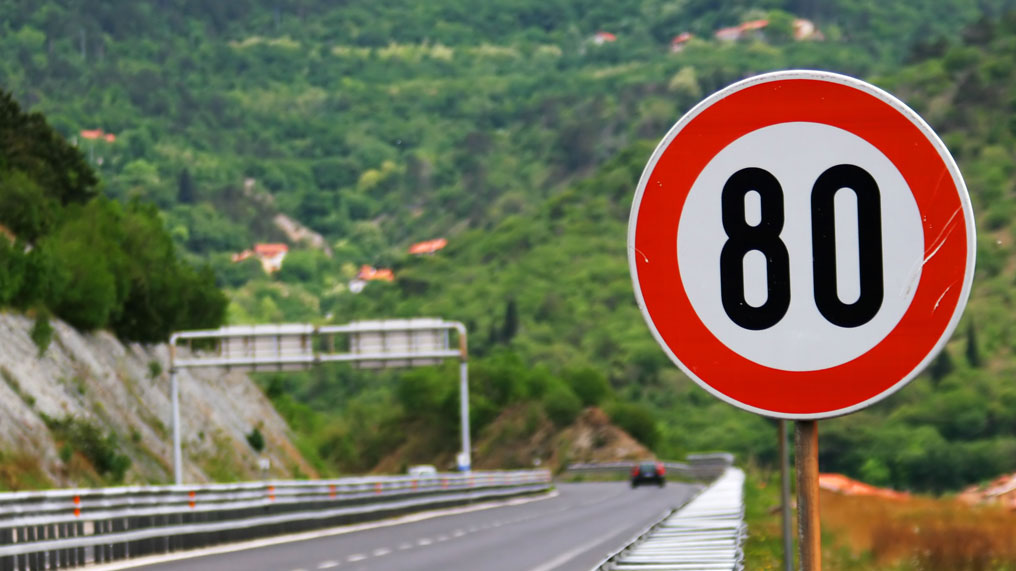 an 80 kilometres per hour sign